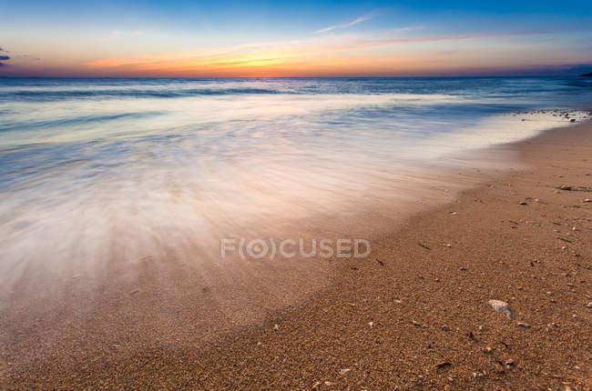 Красивый вид на море под закатом неба — стоковое фото