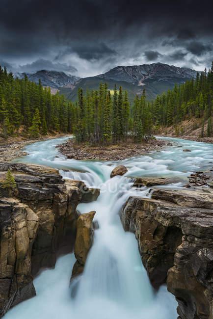 Scenic view of majestic Sunwapta falls, Jasper National Park, Alberta, Canada — Stock Photo
