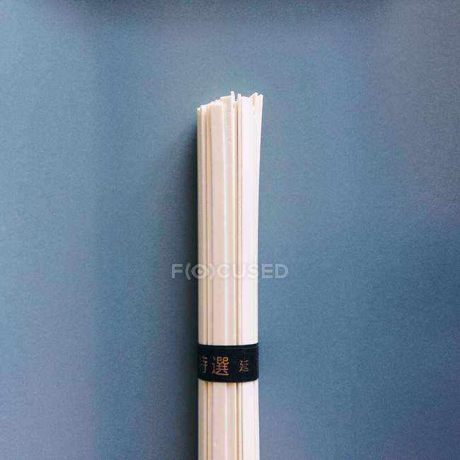 Close-up bundle of japanese noodles over blue background — Stock Photo