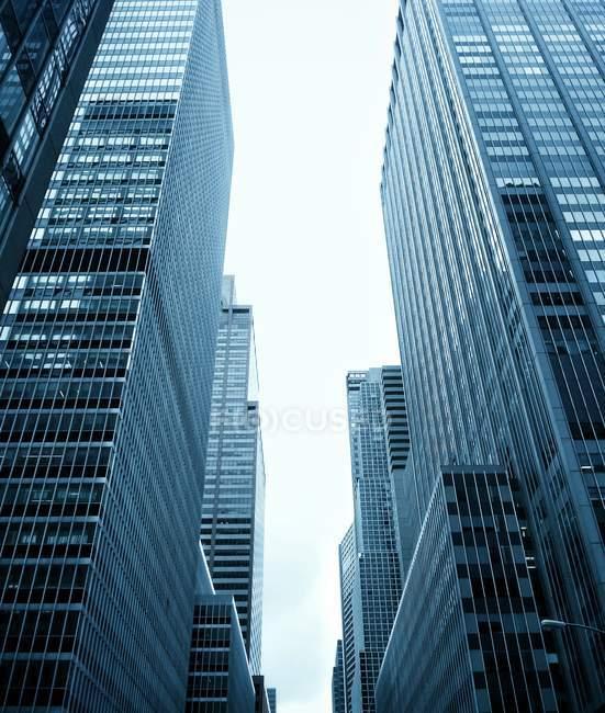 Vista de ângulo baixo de arranha-céus, Midtown, Manhattan, Nova Iorque, EUA, América — Fotografia de Stock