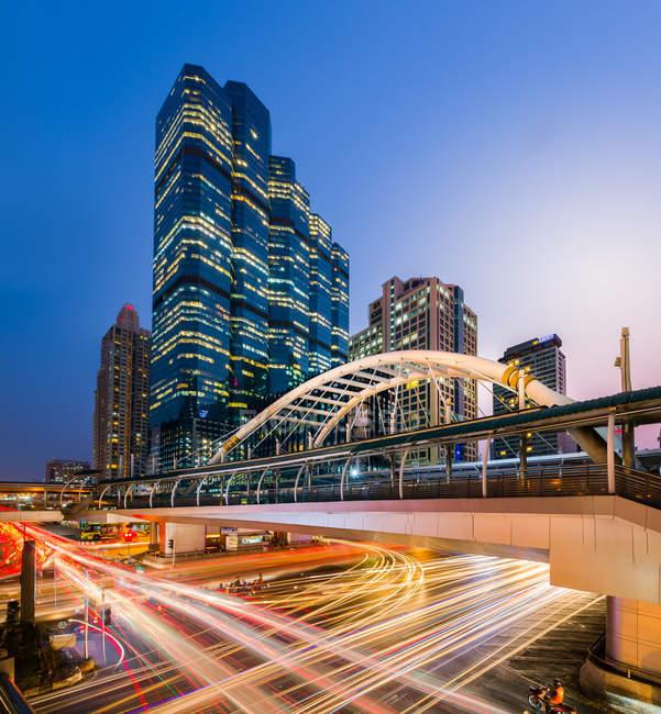 Vista panorâmica da estação BTS Chong Nonsi à noite, Tailândia, Bangkok, Bang Rak District — Fotografia de Stock