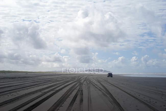 Vista panorámica de conducción en una playa vacía de coches - foto de stock