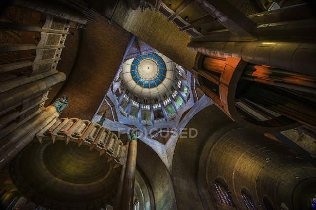 Вид с низкого угла на базилику Кёкельберг, Бельгия — стоковое фото