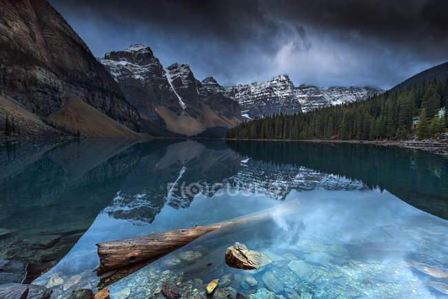Vue panoramique du majestueux lac Louise, Banff, Alberta, Canada — Photo de stock
