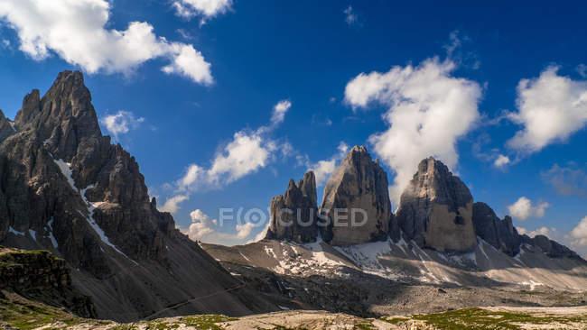 Mirador del Monte Paterno y Tre Cime di Lavaredo, Dolomitas, Italia - foto de stock