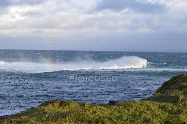 Ірландія Голвей округу Слайго, Mullaghmore, порушення на атлантичному узбережжі хвилі — стокове фото
