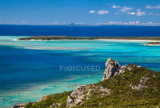 Vue panoramique sur le majestueux paysage tropical marin sous ciel nuageux — Photo de stock