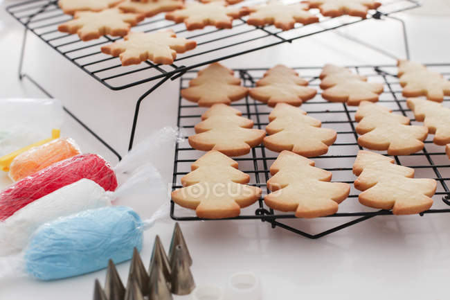 Christmas cookies cooling on a wire rack — Stock Photo