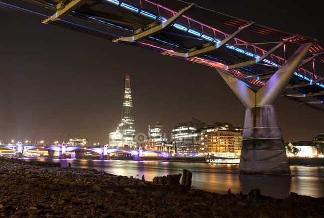 Мальовничим видом міст Міленіум вночі, Лондон, Великобританія — стокове фото