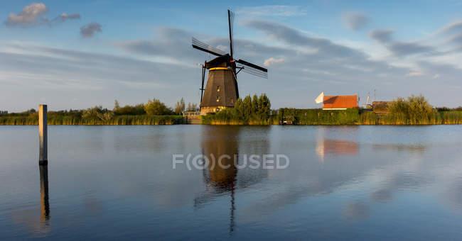 Живописный вид мельница на закате, Киндердейк, Нидерланды — стоковое фото