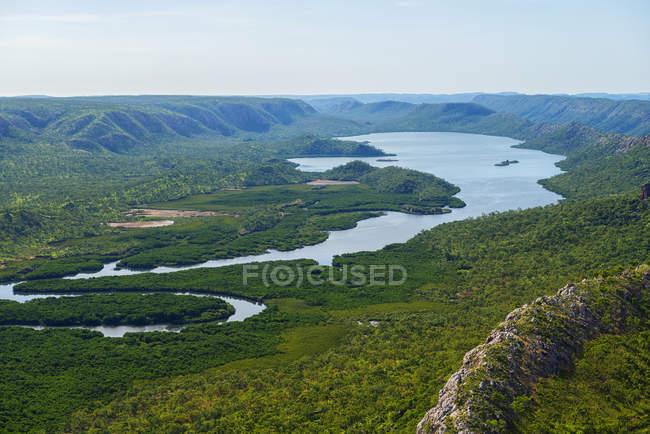 Vista aérea de un lago y escarpas en la región de Kimberley, Australia - foto de stock