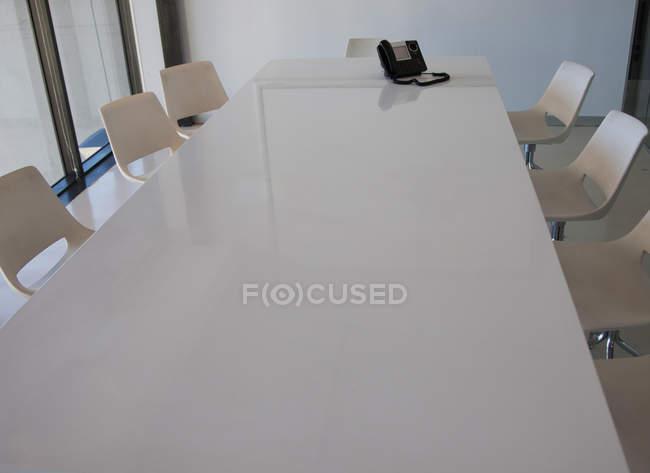 Sala de conferências vazia com mesa e cadeiras no escritório — Fotografia de Stock