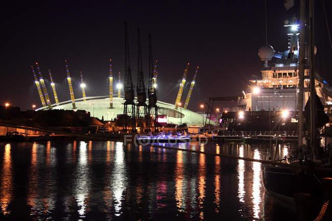 Живописный вид на Южный Док с O2 ночью, Лондон, Великобритания — стоковое фото