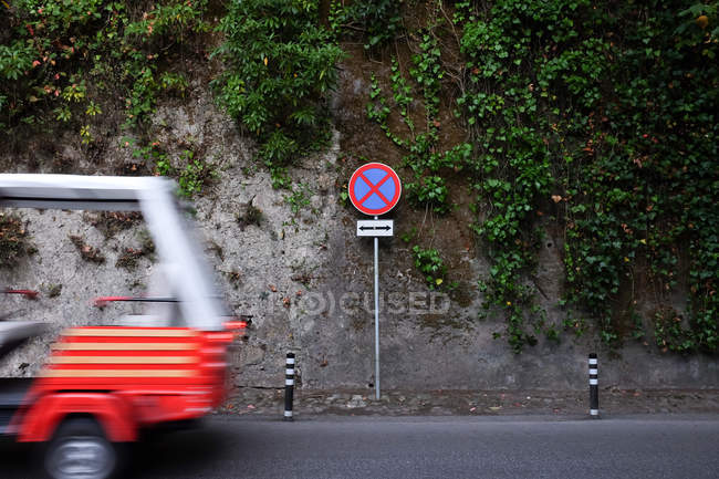 Tuk-Tuk Fahrt entlang der Straße, Sintra, Lissabon, Portugal — Stockfoto