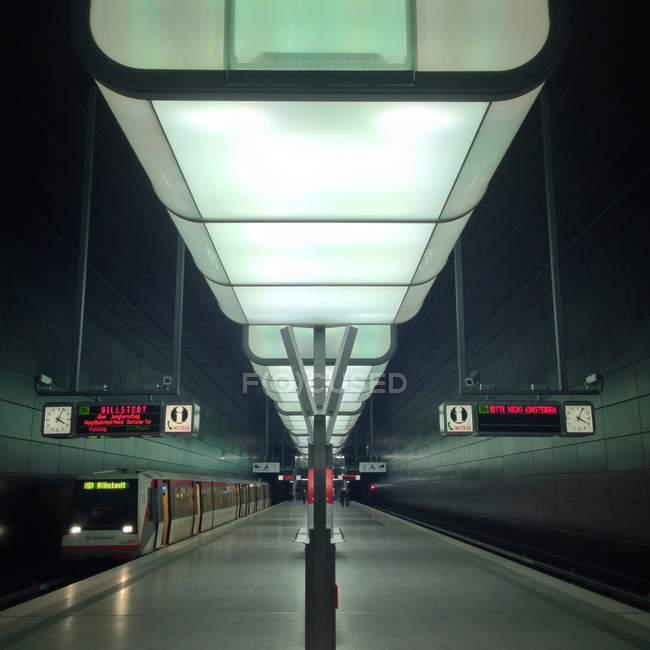 Ver en el interior de la plataforma del tren iluminado - foto de stock