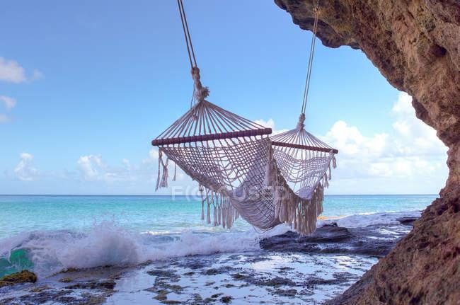Vista panorámica de la hamaca vacía en la playa - foto de stock