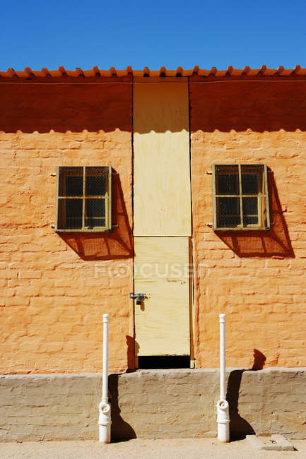 Живописный вид экстерьера оранжевые здания — стоковое фото
