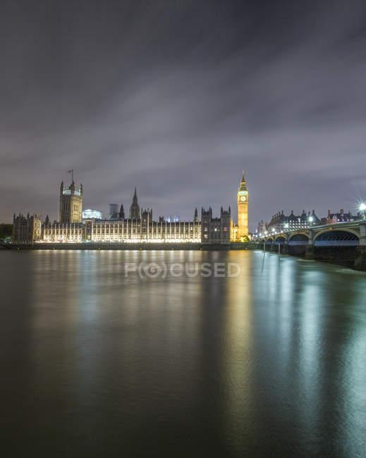Мальовничий вид на Біг Бен, будівля парламенту та Вестмінстерський міст на ніч, Лондон, Великобританія — стокове фото