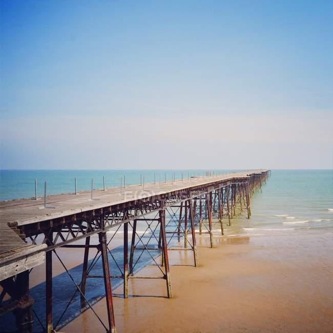 Vue panoramique de jetée en bois vide en mer — Photo de stock