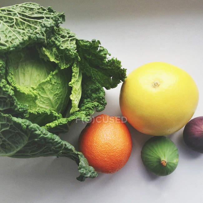 Апельсин, грейпфрут, инжир и капуста композиция — стоковое фото