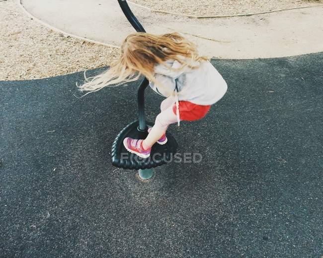 Вид зверху мила Блондинка Дівчинка грає на майданчику — стокове фото