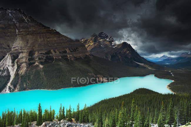 Vue panoramique du magnifique lac Peyto sous un ciel spectaculaire, Banff, Alberta, Canada — Photo de stock