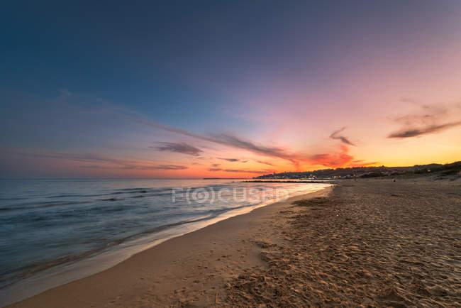 Vue panoramique sur le coucher du soleil à Porto Palo di Menfi plage, Sicile — Photo de stock