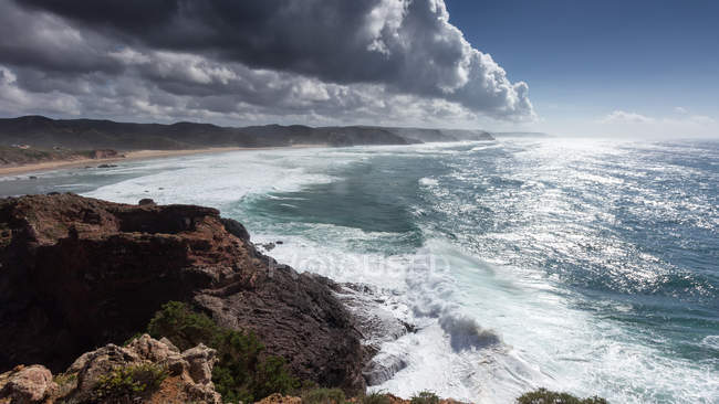 Vista panorámica de la majestuosa costa, Bordeira, Faro, Portugal - foto de stock
