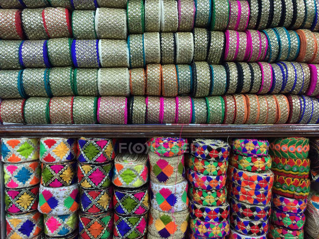 Reels of colorful ribbons in bazaars of Old Delhi, India — Stockfoto