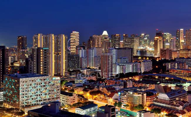 Мальовничим видом на панораму Сінгапуру вночі центрального ділового району — стокове фото