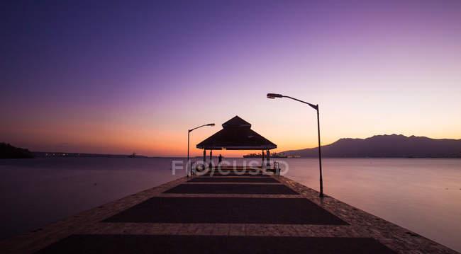 Vue panoramique sur la jetée au coucher du soleil majestueux — Photo de stock