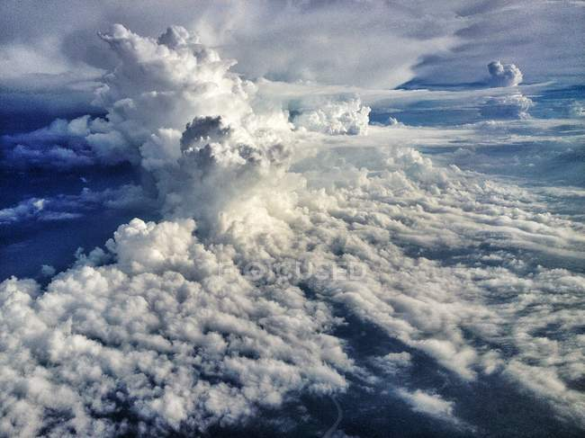 Vista panorámica del majestuoso cloudscape esponjoso - foto de stock