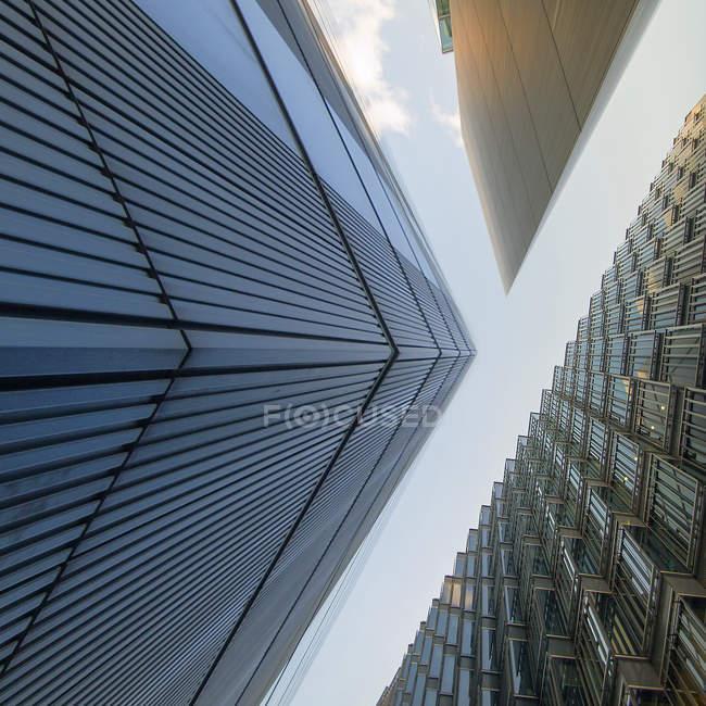 Vista inferiore di tre grattacieli nel centro di manhattan — Foto stock