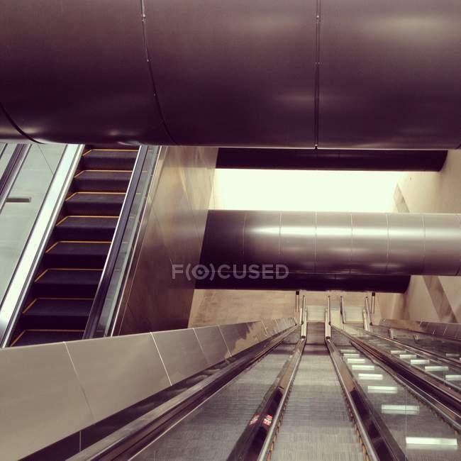 Découvre à l'intérieur d'escalators dans le métro de Singapour — Photo de stock