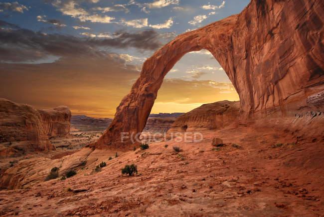 Vista panorámica de la hermosa Corona Arch Sunset, Utah, Moab, EE.UU. - foto de stock