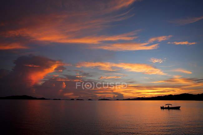 Величним видом гарний захід сонця на острові Misool, Пантай Misool, Індонезія — стокове фото