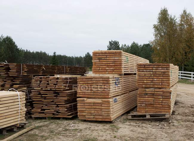 Planks of wood lying in a builders yard — Stockfoto