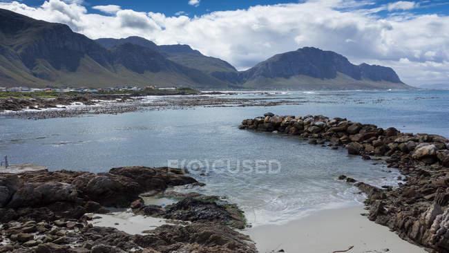 Vista panorámica de la costa en bettys bay, Cabo Occidental, Sudáfrica - foto de stock