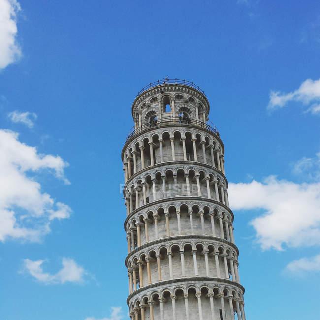 Vista ad angolo basso della Torre Pendente di Pisa, Pisa, Italia — Foto stock