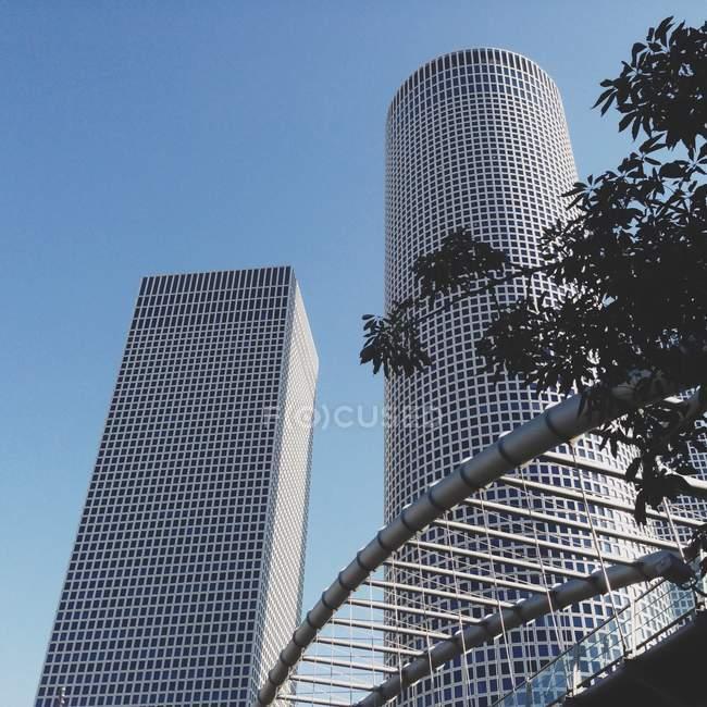 Blick auf majestätische Wolkenkratzer bei klarem Himmel — Stockfoto