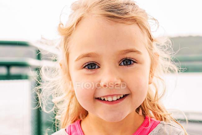 Ragazza bionda del ritratto di sorridente che guarda l'obbiettivo — Foto stock