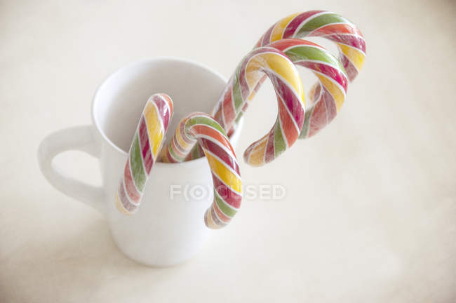 Mug rempli de cinq Cannes de bonbon — Photo de stock