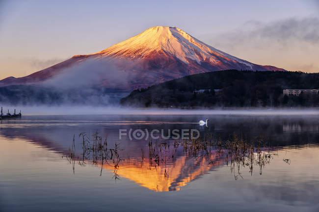Vue panoramique sur le mont Fuji reflétant dans le lac Yamanaka, Japon — Photo de stock