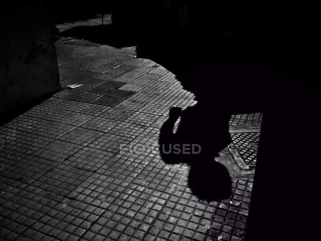 Vista cênica do homem sombra na calçada — Fotografia de Stock