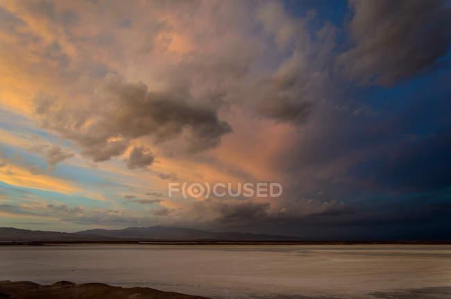 Vista panoramica del tramonto sulle saline vicino a Calama, Cile — Foto stock