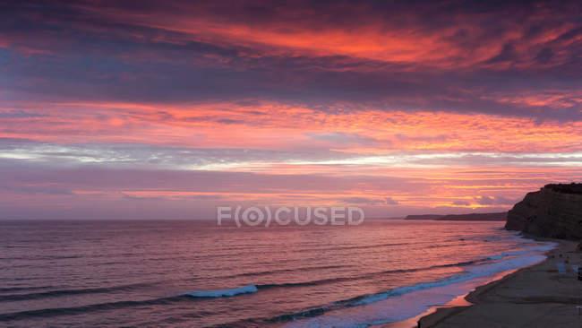 Живописный вид на пляж на закате, Лагуш, Фару, Португалия — стоковое фото