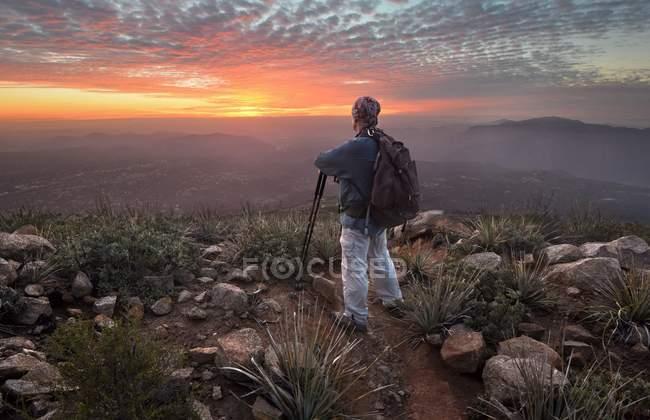 Escursionista di sesso maschile che guarda al tramonto, Cleveland National Forest, California, America, USA — Foto stock