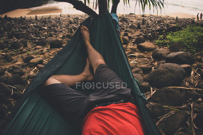 Low section view of man relaxing on hammock, USA, Hawaii Islands, Kauai — Stock Photo
