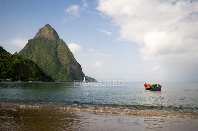 Sainte-Lucie, Petit Piton à partir de Soufriere Bay — Photo de stock