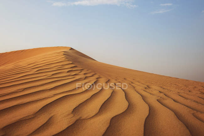 Deserto e a paisagem de dunas de areia em Dubai, Emirados Árabes Unidos — Fotografia de Stock